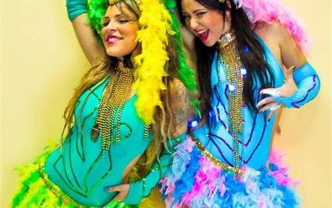 רקדניות בתלבושות צבעוניות
