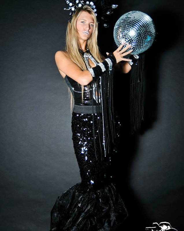 רקדנית בשמלה שחורה כחלק מרקדניות לאירועים