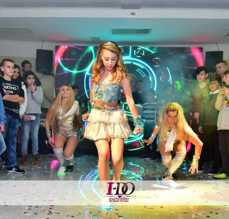רקדניות בשמלות צבעוניות כחלק מרקדניות לאירועים