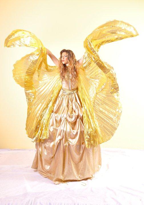 רקדנית בשמלה זהובה כחלק מרקדניות לאירועים