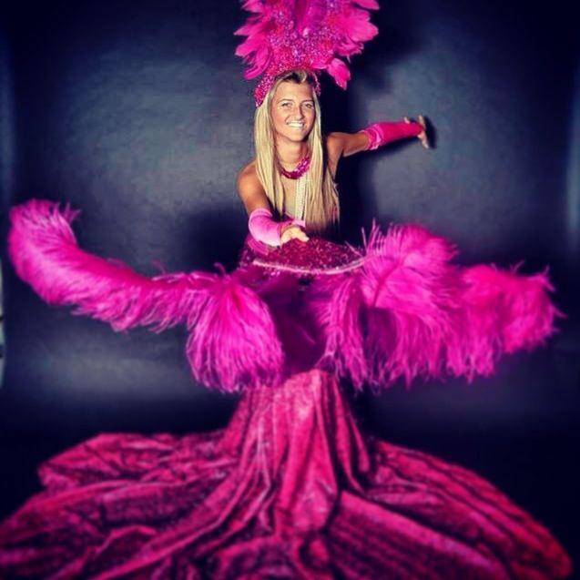 רקדנית בשמלה סגולה כחלק מרקדניות לאירועים