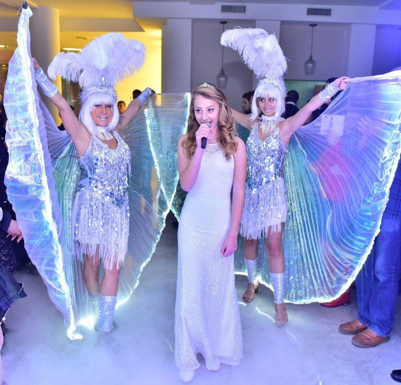 רקדניות בשמלה לבנה כחלק מרקדניות לאירועים