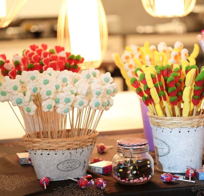 מגוון סוכריות וממתקים בבר מתוקים