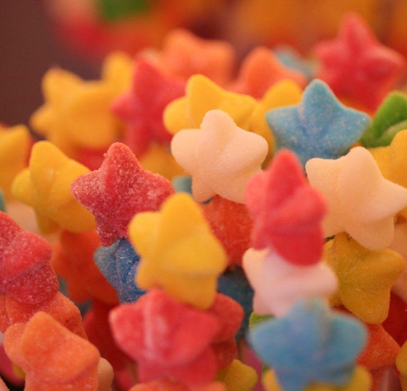 מגוון ממתקים בבר מתוקים