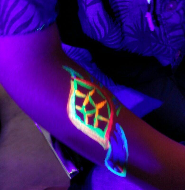 ציורי גוף צבעוניים במסיבת פול מון