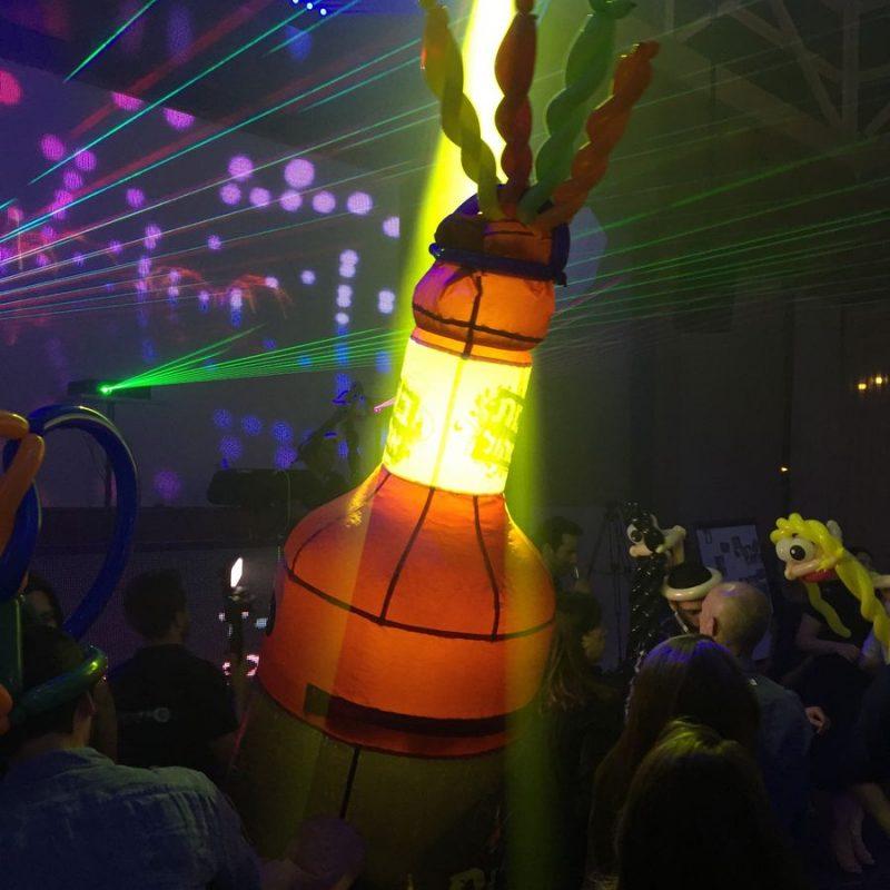 בובת אלכוהול ענקית ברחבת הריקודים